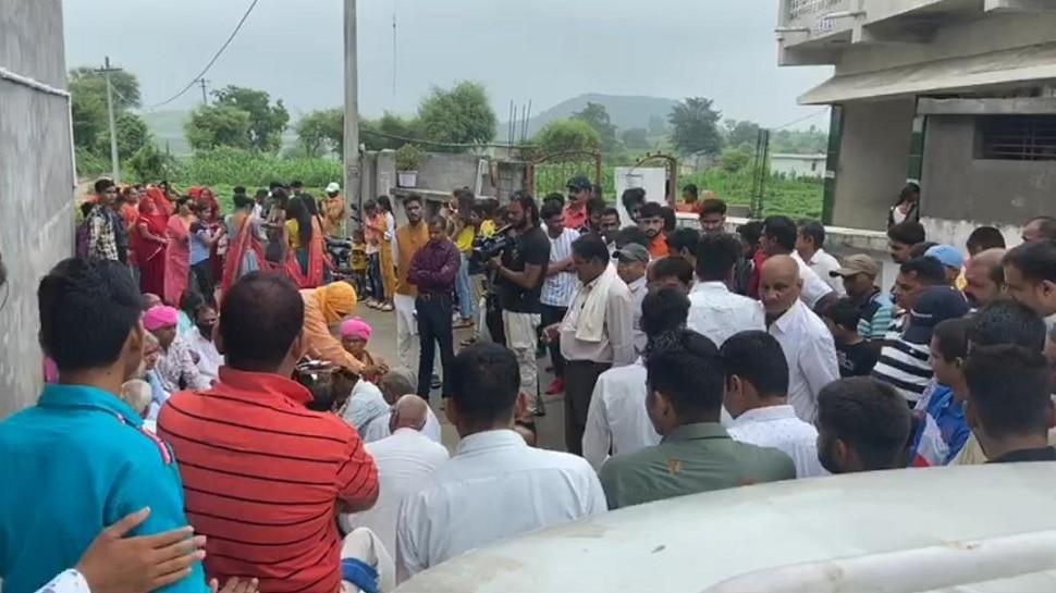 सरकारी अध्यापक के घर धूमधाम से शादी समारोह का आयोजन, उड़ाई नियमों की धज्जियां