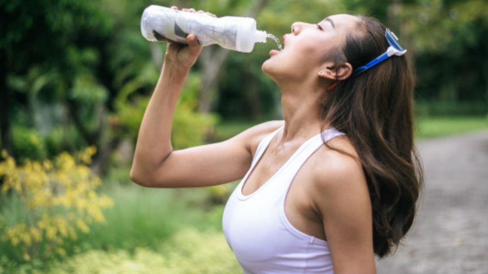 गलत तरीके से पानी पीना सेहत के लिए खतरनाक, जान लें ये छोटी पर जरूरी बातें