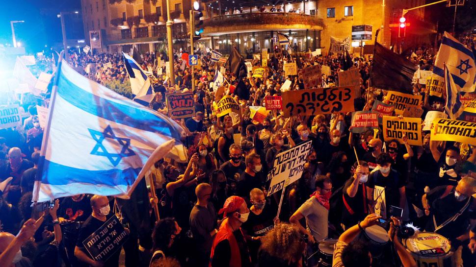 इजराइल: PM नेतन्याहू के घर के बाहर जुटे हजारों प्रदर्शनकारी, बोले -'आपका टाइम खत्म'
