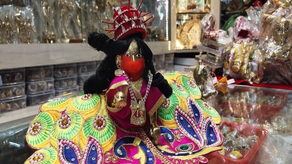 लड्डू गोपाल ने पहनी PPE किट और लगाया मास्क, अब भक्तों को बनानी है सोशल डिस्टेंसिंग