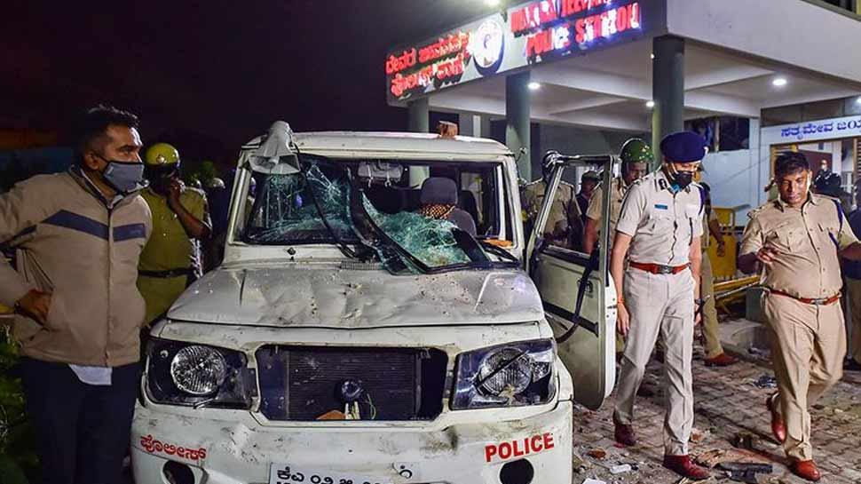 बेंगलुरु दंगे की FIR में खुलासा, करीब 800 लोगों ने किया पुलिसकर्मियों पर जानलेवा हमला
