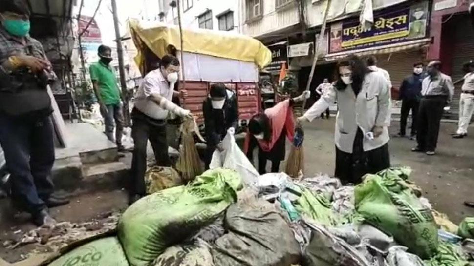 इंदौर: देश के सबसे स्वच्छ शहर में सफाईकर्मी छुट्टी पर, नागरिकों ने संभाला सफाई का जिम्मा
