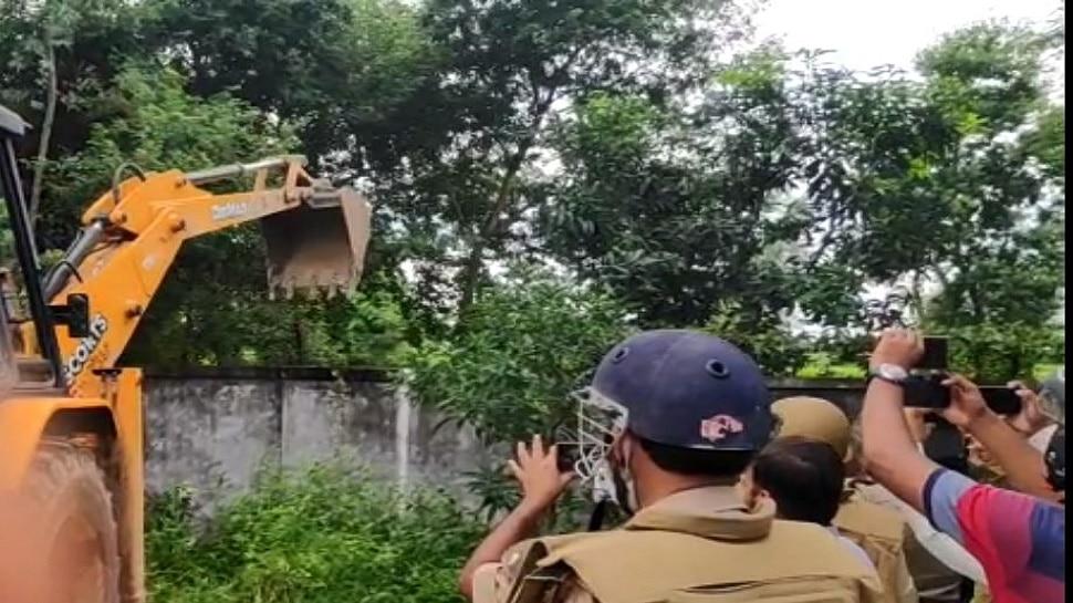 योगी का ऑपरेशन मुख्तार: आज गोदाम पर बुलडोजर, दलितों की जमीन पर किया था माफिया ने कब्जा