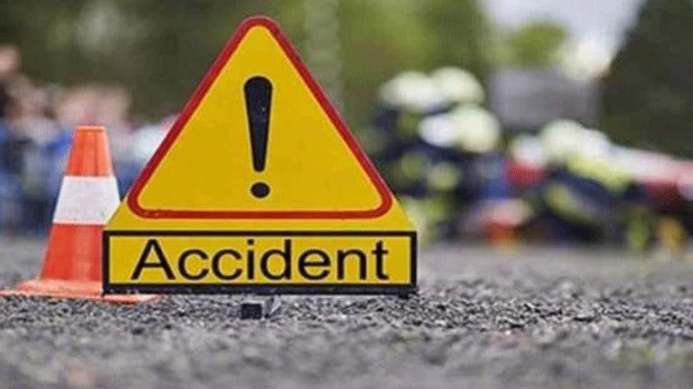 बाराबंकी: गड्ढे में पलटी बस, महिला कंडक्टर समेत 11 लोग घायल