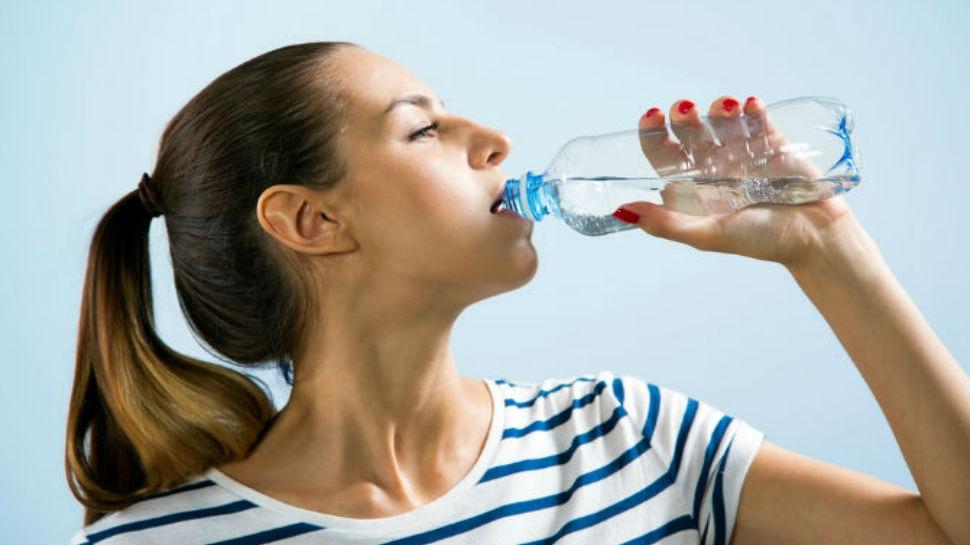 रहना चाहते हैं हमेशा फिट, तो अपने पानी पीने के तरीके में करें ये बहुत जरूरी बदलाव