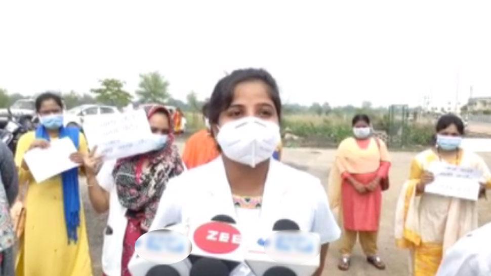 सरकार ने नहीं दी पक्की नौकरी, NHM संविदा स्वास्थ्य कर्मियों ने इस्तीफा देकर उठाया गोबर
