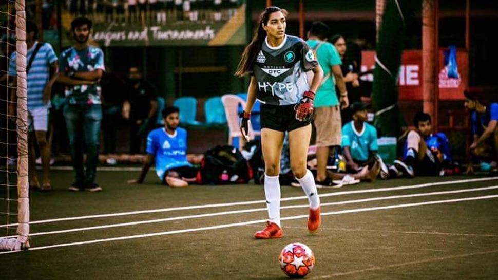 कश्मीर की इस महिला फुटबॉलर ने 'कैप्टन कूल' धोनी को बताया अपना आदर्श