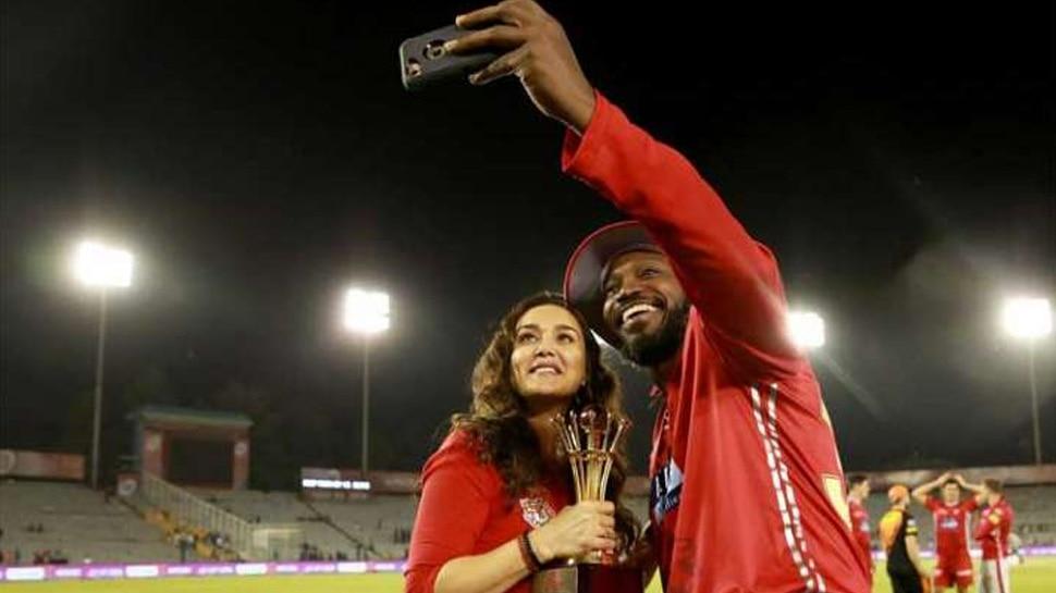 IPL 2020: प्रीति जिंटा ने क्रिस गेल के साथ Click की Selfie, मैक्सवेल बने Light Man