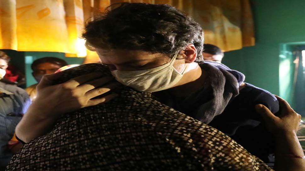 प्रियंका ने हाथरस की पीड़िता की मां को गले लगाया, बंद कमरे में की बात