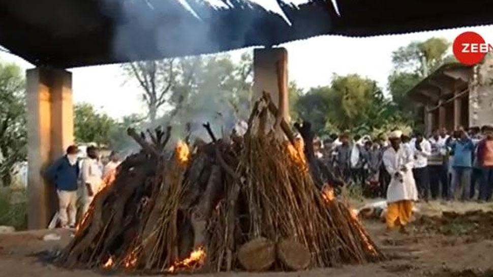 करौली: पुजारी के परिवार ने धरना खत्म कर किया अंतिम संस्कार, 10 लाख मुआवजे का ऐलान