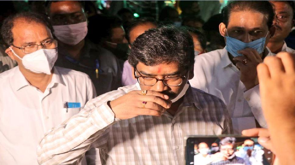झारखंड उपचुनाव के मद्देनजर दुमका पहुंचे CM सोरेन, लोगों से मेल-मिलाप से कर रहे जनसंपर्क