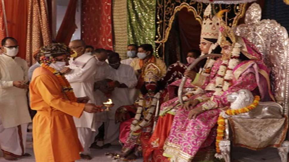 सादगी से निकली विजयादशमी की शोभायात्रा, CM योगी ने दिखाया कोरोना पर 'विजय' का रास्ता