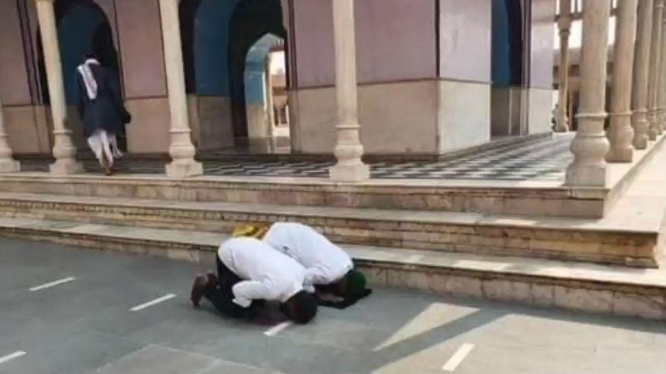 मथुरा के नंदबाबा मंदिर में कुछ युवकों ने धोखे से पढ़ी नमाज, FIR दर्ज