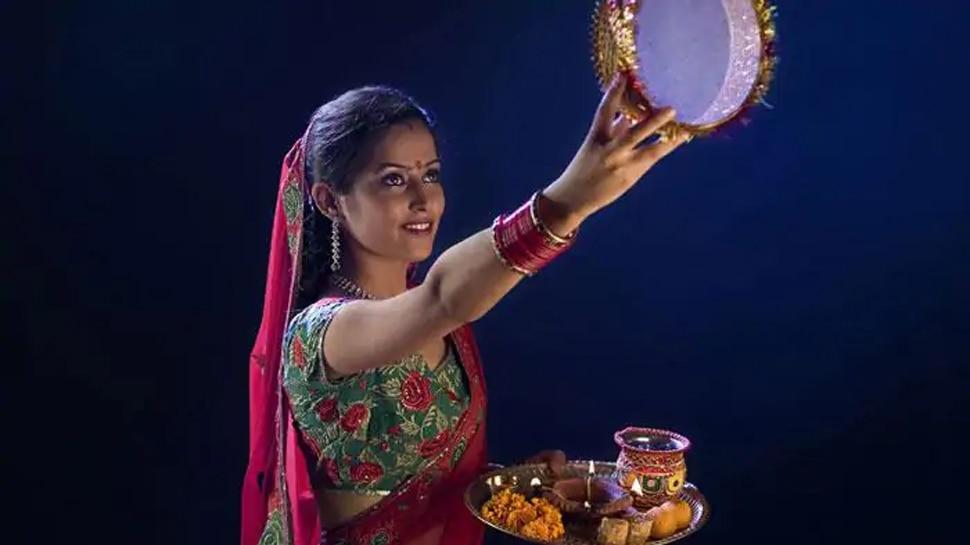 Karwa Chauth 2020: इस बार बन रहा ये शुभ संयोग, व्रत के दौरान पढ़ें यह कथा