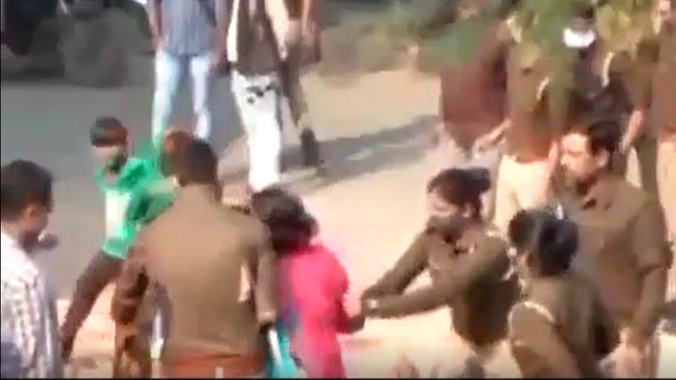 जमीनी विवाद के मामले में पुलिसकर्मियों पर महिला से ज्यादती का आरोप, वीडियो सोशल मीडिया पर वायरल