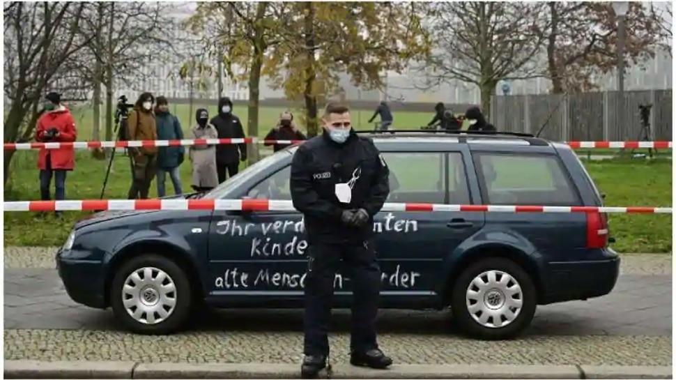 जर्मन चांसलर Angela Merkel के कार्यालय से जा भिड़ी कार, इस 'Slogan' से मची खलबली