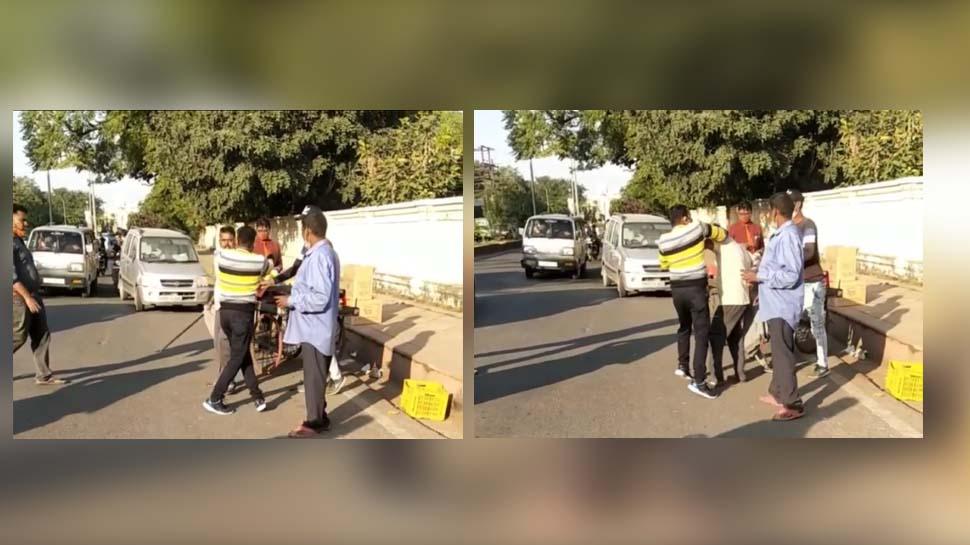 `150 ग्राम` के लिए हड्डियां तोड़ने पर उतारू हो गया ग्राहक, बीच सड़क रॉड से पीटने लगा