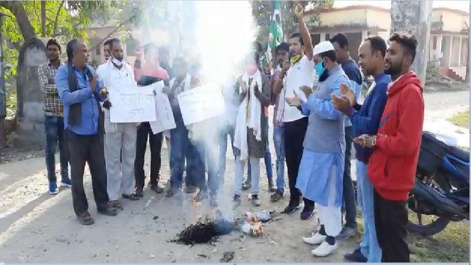 बगहा: CM नीतीश पर अमर्यादित टिप्पणी से नाराज JDU कार्यकर्ताओं ने तेजस्वी का पूतला फूंका