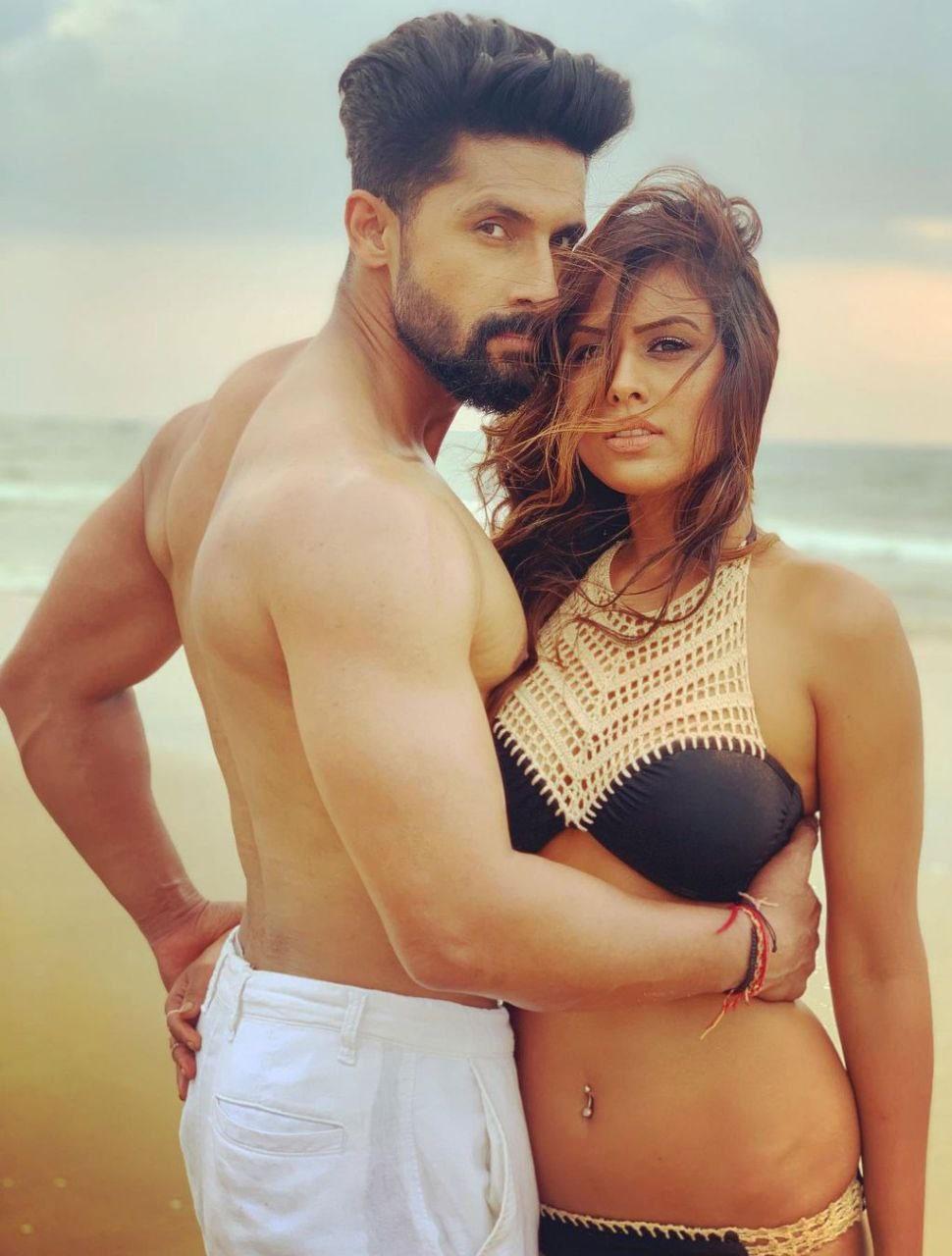 Nia Sharma And Ravi Dubey On Beach Bold And Hot Photos Goes Viral On  Internet | Nia Sharma और Ravi Dubey ने समुद्र किनारे दिए ऐसे पोज, लोग बोले-  'So Hot' |