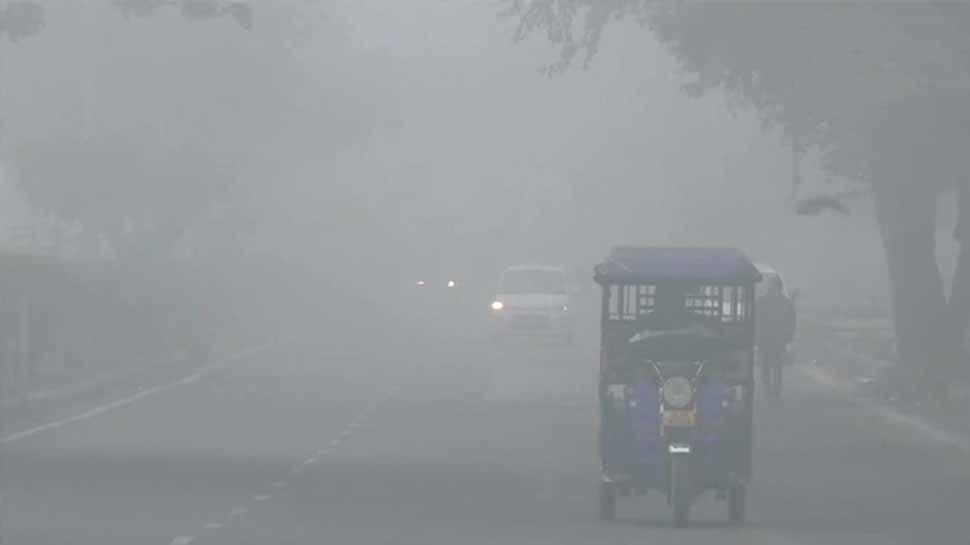Weather Report: स्मॉग से ढका दिल्ली-NCR, यूपी के कई इलाकों में छाया सर्द कोहरा