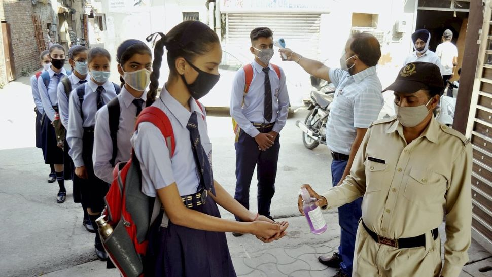 Haryana School Reopening 2020: हरियाणा में कक्षा 9 और 11 के छात्रों के लिए खुले स्कूल, Medical Certificate अनिवार्य