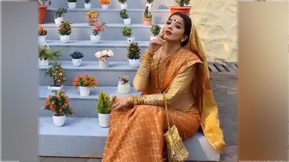 Varun-Sara के गाने पर Monalisa ने डांस कर दिखाईं देसी अदाएं, VIDEO हो रहा VIRAL