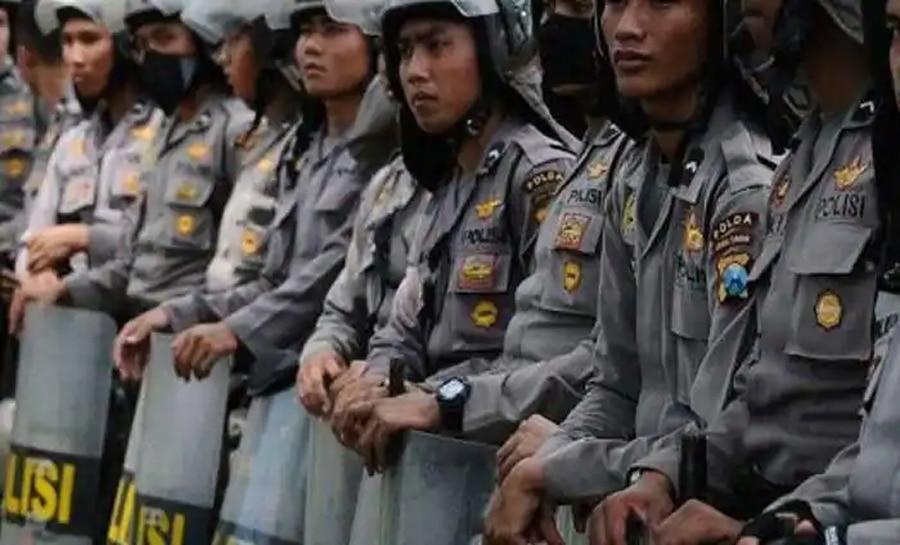 Indonesia: चोरी के आरोपी से अपराध कबूल करवाने के लिए Police ने गले में डाला सांप, बवाल हुआ तो कहा – 'Sorry'
