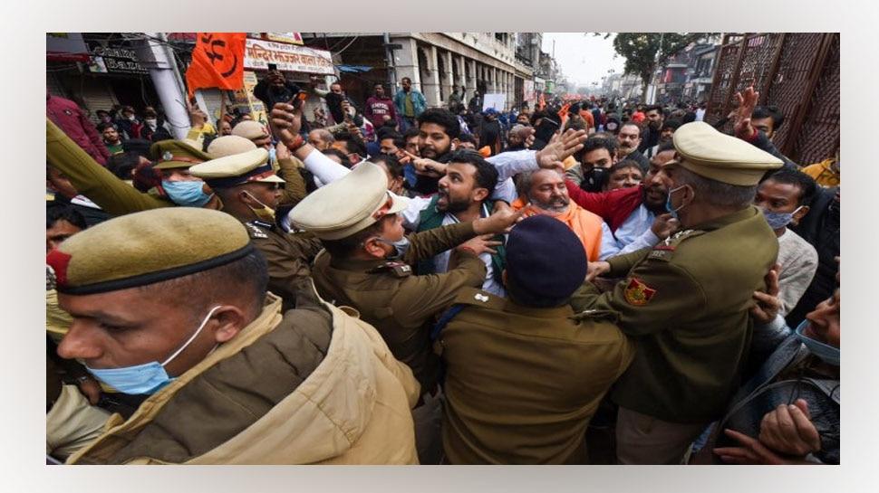 Chandni Chowk में मंदिर गिराए जाने पर हिंदू संगठन भड़के, AAP सरकार के खिलाफ किया प्रदर्शन