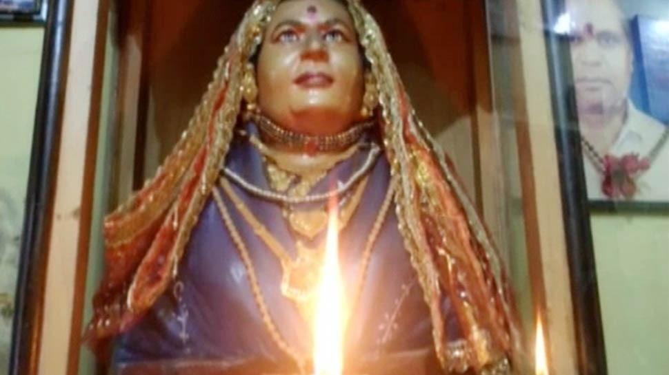 एक सास ऐसी भी: 11 बहुओं ने सास को ही माना भगवान, सोने के गहने पहनाकर रोज करती हैं पूजा