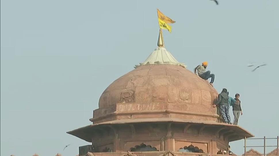 Farmer's Tractor Rally: Delhi में Red Fort पर प्रदर्शनकारियों ने फहराया अपना झंडा