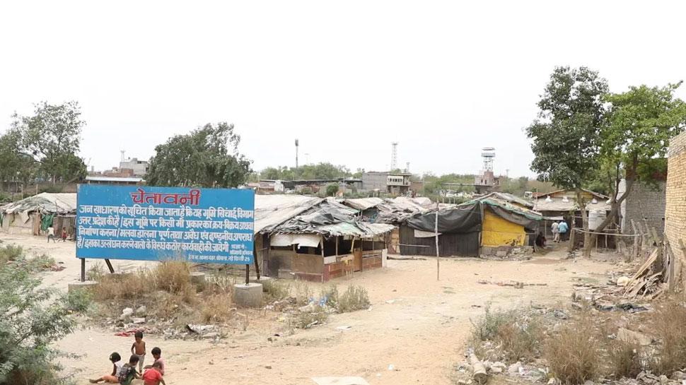 यूपी की जमीन पर 'दिल्लीवासियों' का अवैध कब्जा, आरोप- पहले मज़ार बनाई फिर बसा ली बस्ती