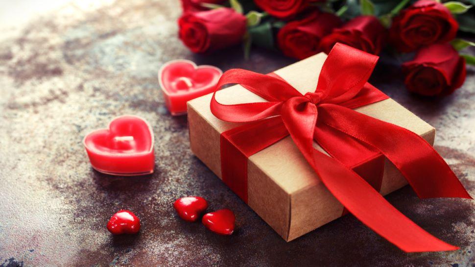 Valentine's Day 2021 Gifts: खास मौके पर इन Gifts से Partner को कराएं Special Feel, दिन बनेगा यादगार