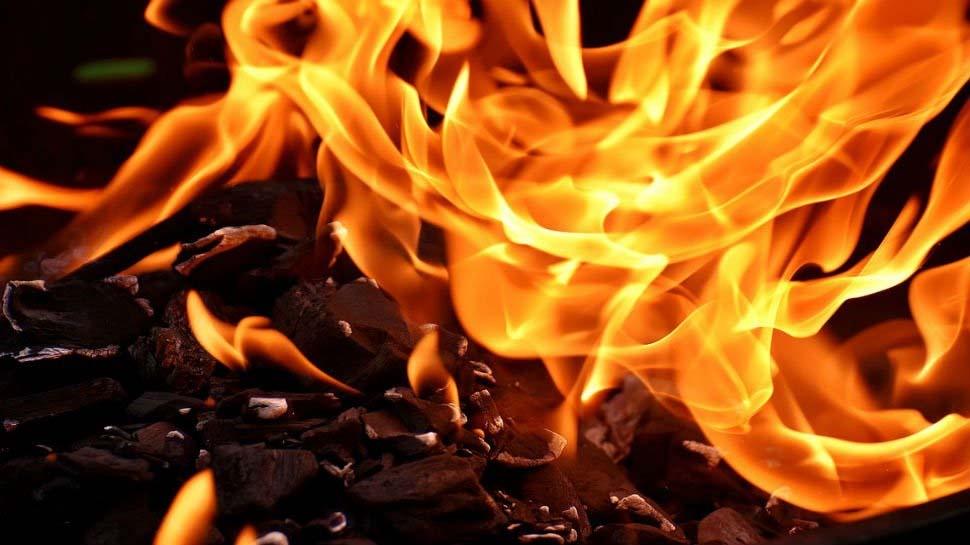 500-500 की गड्डियों में आग लगाकर सेंकने लगा हाथ, फिर ठंड से बचने के लिए मोबाइल-जेवरात भी फूंके