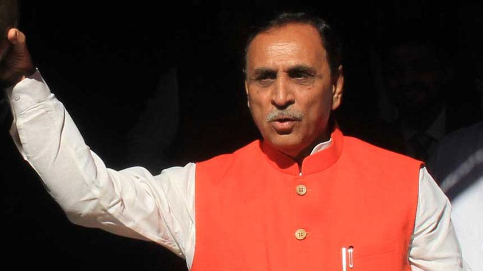 मंच पर अचानक चक्कर खाकर गिर पड़े गुजरात सीएम Vijay Rupani, सुरक्षा गार्ड ने संभाला