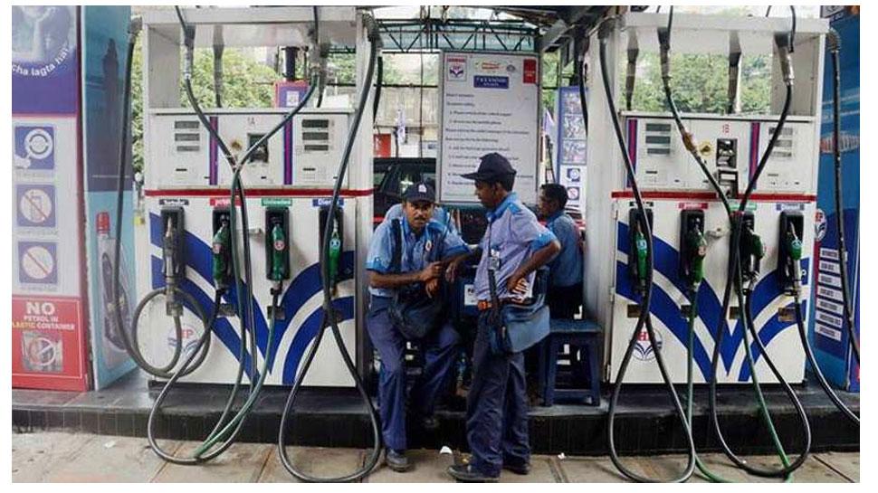 Petrol-Diesel Rate: भारत में तेल की कीमतें छू रहीं आसमान, पड़ोसी देशों में थोड़ी राहत