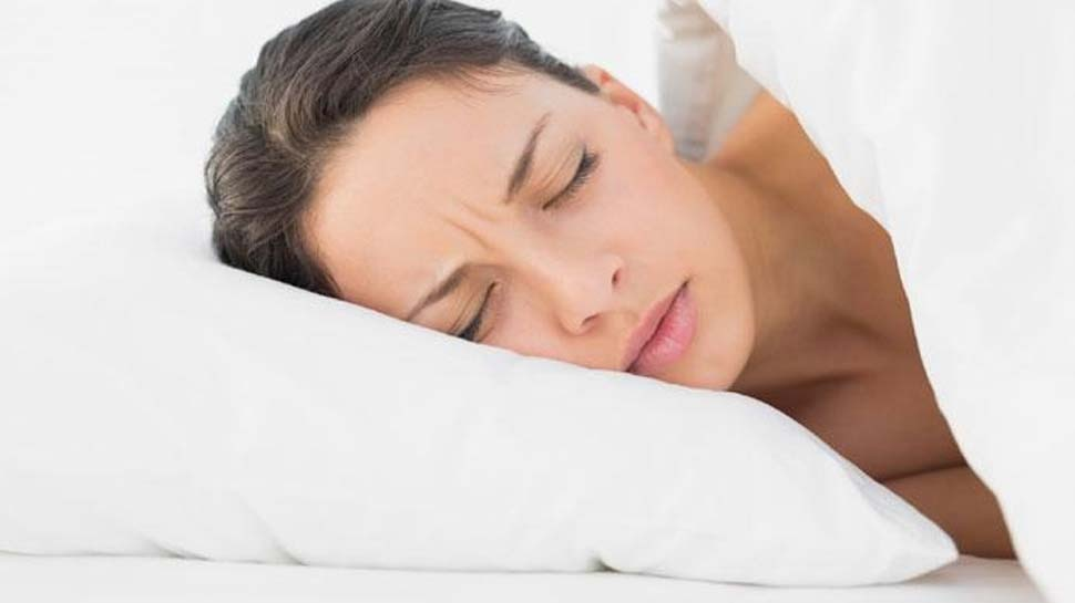 आपका तकिया भी उड़ा सकता है आपकी नींद, जानें कैसे और क्यों ?