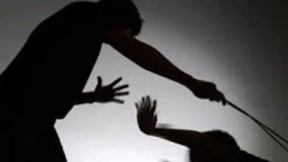 Jammu: उधमपुर में टीचर ने उतरवाए बच्चों के कपड़े, पीटने के बाद कमरे में बंद किया