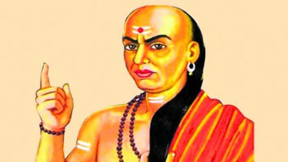 Chanakya Niti: जानें, किन 3 लोगों के साथ रहने पर विद्वान व्यक्ति भी दुखी हो जाते हैं