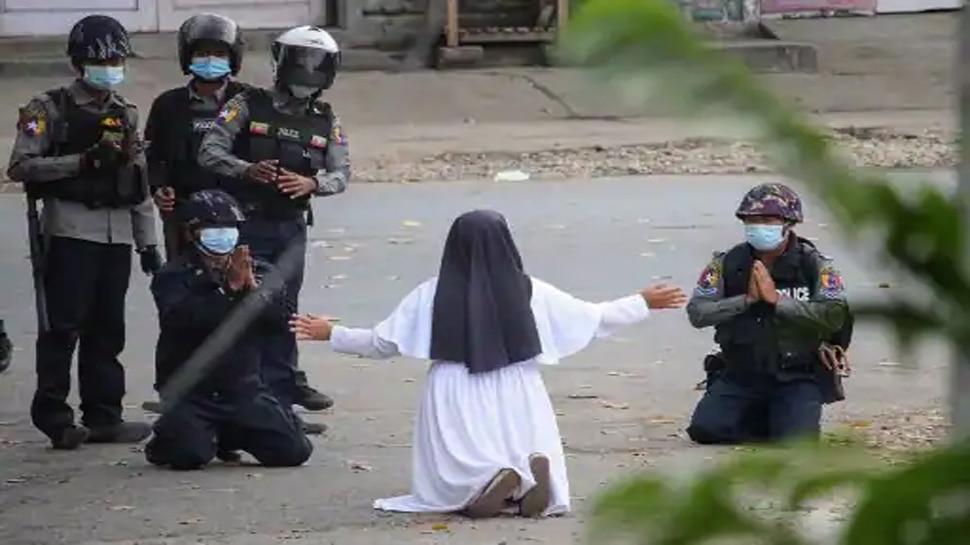 Myanmar: प्रदर्शनकारियों को बचाने के लिए Nun ने घुटनों पर बैठकर लगाई गुहार, 'उन्हें छोड़ दो, मुझे मार दो'