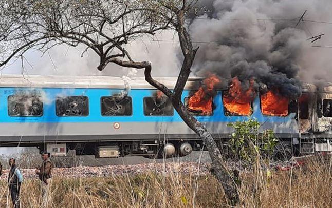 big News new delhi dehradun shatabadi exepress fire in ac coach   नई दिल्ली  से देहरादून जा रही शताब्दी एक्सप्रेस में लगी आग, यात्रियों में मचा हड़कंप    Hindi News, राष्ट्र
