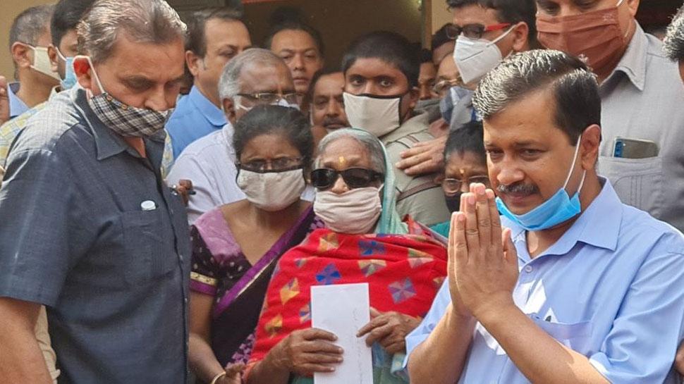 Delhi: मुख्यमंत्री Arvind Kejriwal ने कोरोना योद्धा के परिजनों को सौंपा एक करोड़ का चेक, बोले- बेटे को नौकरी देंगे
