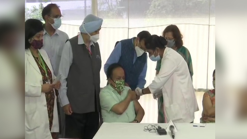 स्वास्थ्य मंत्री Dr. Harsh Vardhan ने ली Corona Vaccine की दूसरी डोज, कहा- 'वैक्सीन को बनाएं जन-जन का आंदोलन'