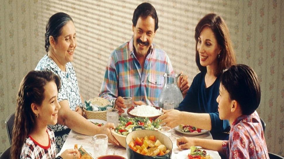Vastu Tips for food: दुर्भाग्य को रखना है दूर तो खाना बनाने से लेकर खाने तक न करें ये गलतियां