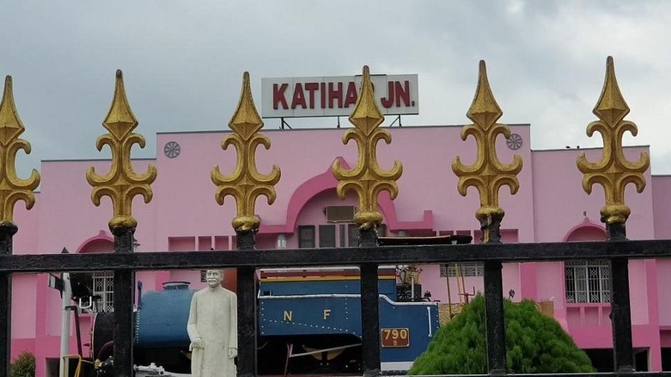 Katihar Railway Station पर उड़ी कोरोना नियमों की धज्जियां, बिना मास्क के नजर आए यात्री-रेलकर्मी