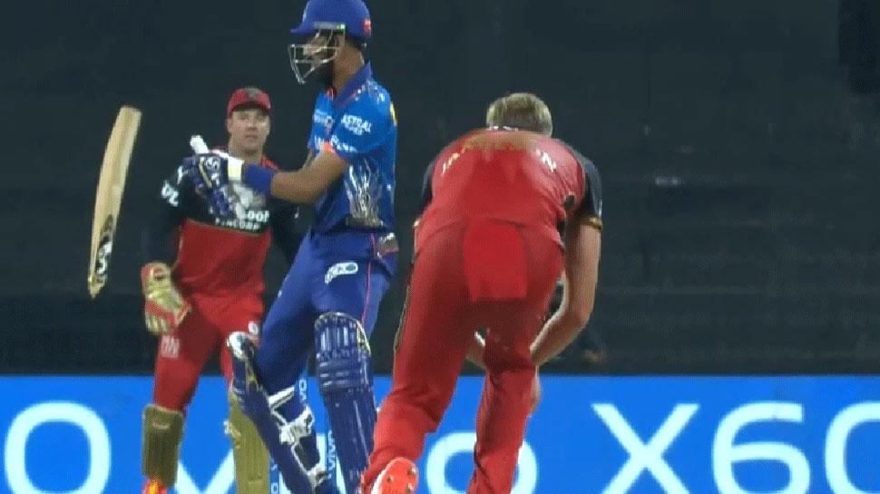 IPL 2021: RCB के 7 फीट लंबे गेंदबाज Kyle Jamieson की खतरनाक यॉर्कर! दो हिस्सों में टूटा बल्ला, देखें Video