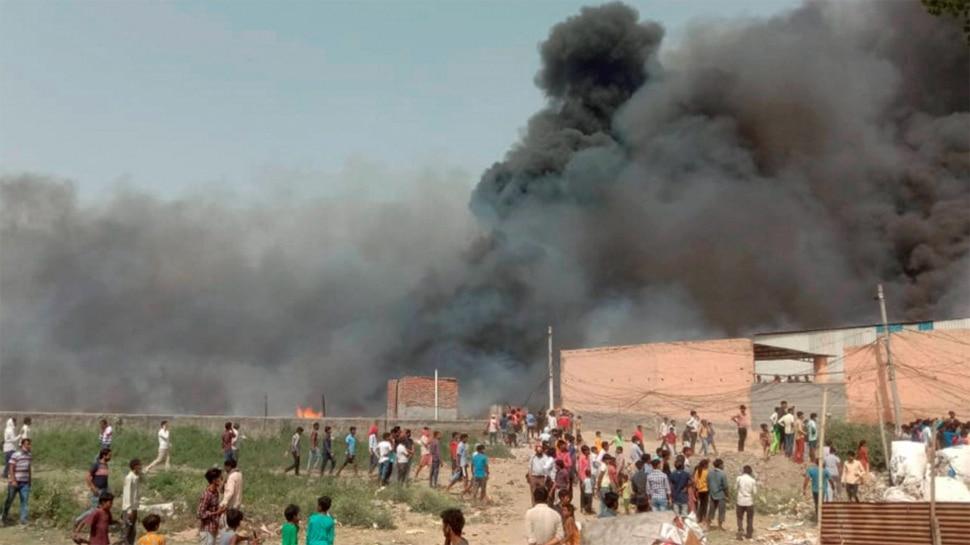 Noida: सैकड़ों झुग्गियों में लगी भीषण आग, 2 बच्चियों की झुलसकर मौत