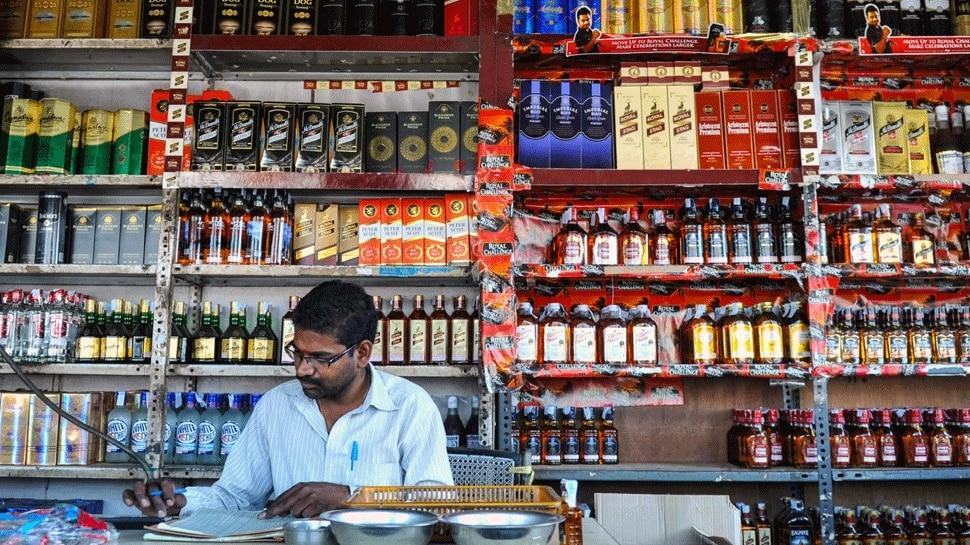 Khaskhabar/प्रदेश में कल यानी 14 अप्रैल को शराब (Wine) की सभी तरह की दुकानें बंद रहेंगी. 14 अप्रैल को संविधान निर्माता डॉक्टर भीमराव अंबेडकर की जयंती है. जयंती के मौके पर यूपी सरकार ने शराब की दुकानों को बंद रखने का आदेश जारी किया है. यही वजह है कि शराब की दुकानों को संचालित करने वाले व्यापारी ग्राहकों को मैसेज भेजकर ये याद दिला रहे