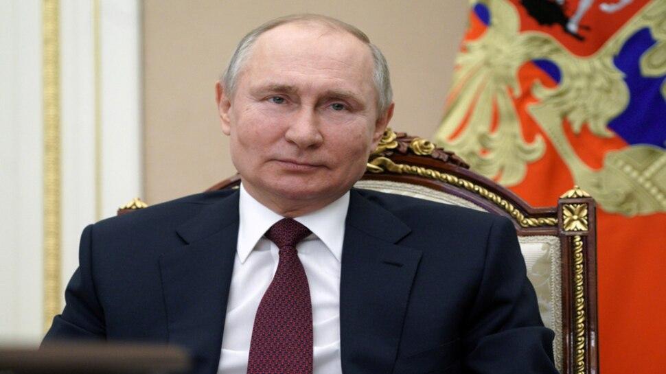 Russia ने लिया US से बदला, FBI Chief सहित 8 अफसरों पर लगाया प्रतिबंध, Diplomats को भी छोड़ना होगा देश