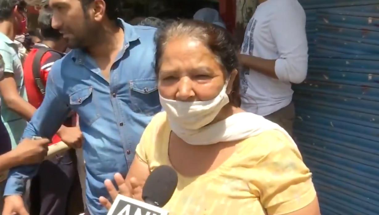 लॉकडाउन: ठेके के बाहर खड़ी महिला ने कहा- दवा से नहीं पेग का होगा असर, देखिए VIDEO