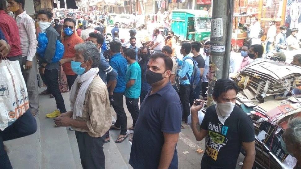 दिल्ली में लॉकडाउन के एलान के बाद शराब की दुकानों पर उमड़ी भीड़, शराब कंपनियों ने हुकूमत से की ये मांग